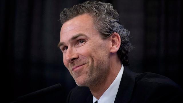 Vancouver Canucks owner Francesco Aquilini thanks Trevor Linden