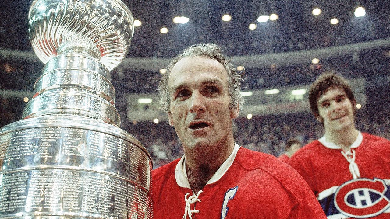 Henri Richard qui soulève la Coupe Stanley pour la dernière fois de sa carrière (1973); Réjean Houle.
