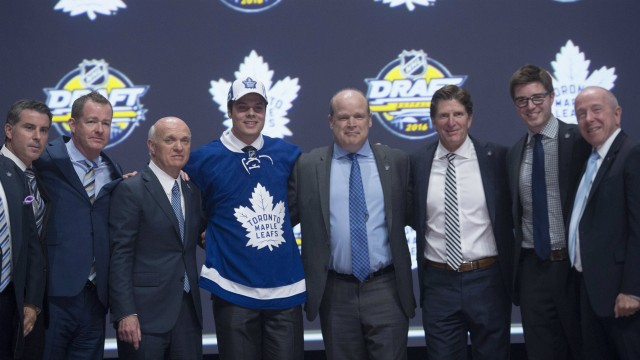 Toronto-Maple-Leafs-first-overall-pick-Auston-Matthews-stands-on-stage-with-members-of-the-Maple-Leafs-management-team-at-the-NHL-draft-in-Buffalo,-N.Y.-on-Friday-June-24,-2016.-THE-CANADIAN-PRESS/Nathan-Denette