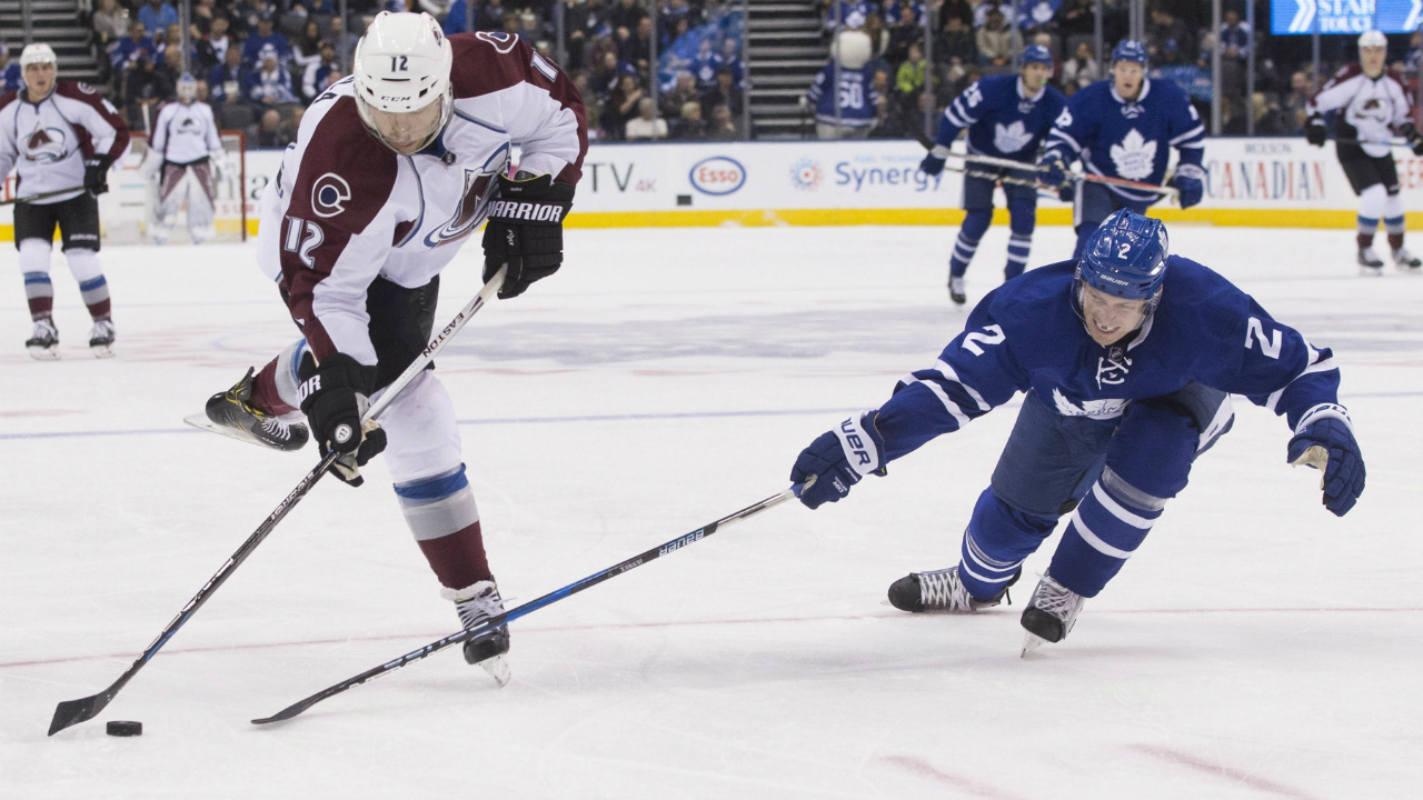 Colorado-Avalanche-right-wing-Jarome-Iginla-(left)-shoots-as-Toronto-Maple-Leafs-defenceman-Matt-Hunwick-defends-during-first-period-NHL-hockey-action-in-Toronto,-on-Sunday-December-11,-2016.-(Chris-Young/CP)