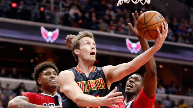 Atlanta-Hawks-guard-Mike-Dunleavy-(34)-shoots-in-front-of-Washington-Wizards-forward-Kelly-Oubre-Jr.-(12)-and-center-Ian-Mahinmi-(28)-during-the-second-half-of-an-NBA-basketball-game-Wednesday,-March-22,-2017,-in-Washington.-The-Wizards-won-104-100.-(Alex-Brandon/AP)