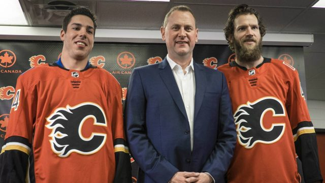 Calgary-Flames'-general-manager-Brad-Treliving,-centre,-introduces-new-goaltender-Mike-Smith,-right,-and-new-defenceman-Travis-Hamonic-at-a-news-conference-in-Calgary,-Monday,-June-26,-2017.(Jeff-McIntosh/CP)