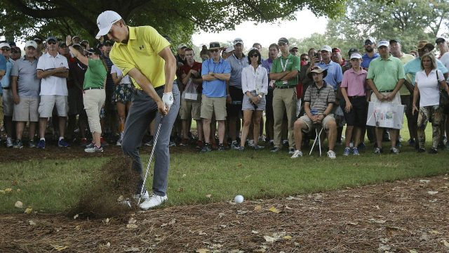 Jordan-Spieth-hits-from-the-woods-to-the-fifth-green-during-the-first-round-of-the-Tour-Championship-golf-tournament-at-East-Lake-Golf-Club-in-Atlanta,-Thursday,-Sept.-21,-2017.-(Curtis-Compton/Atlanta-Journal-Constitution-via-AP)