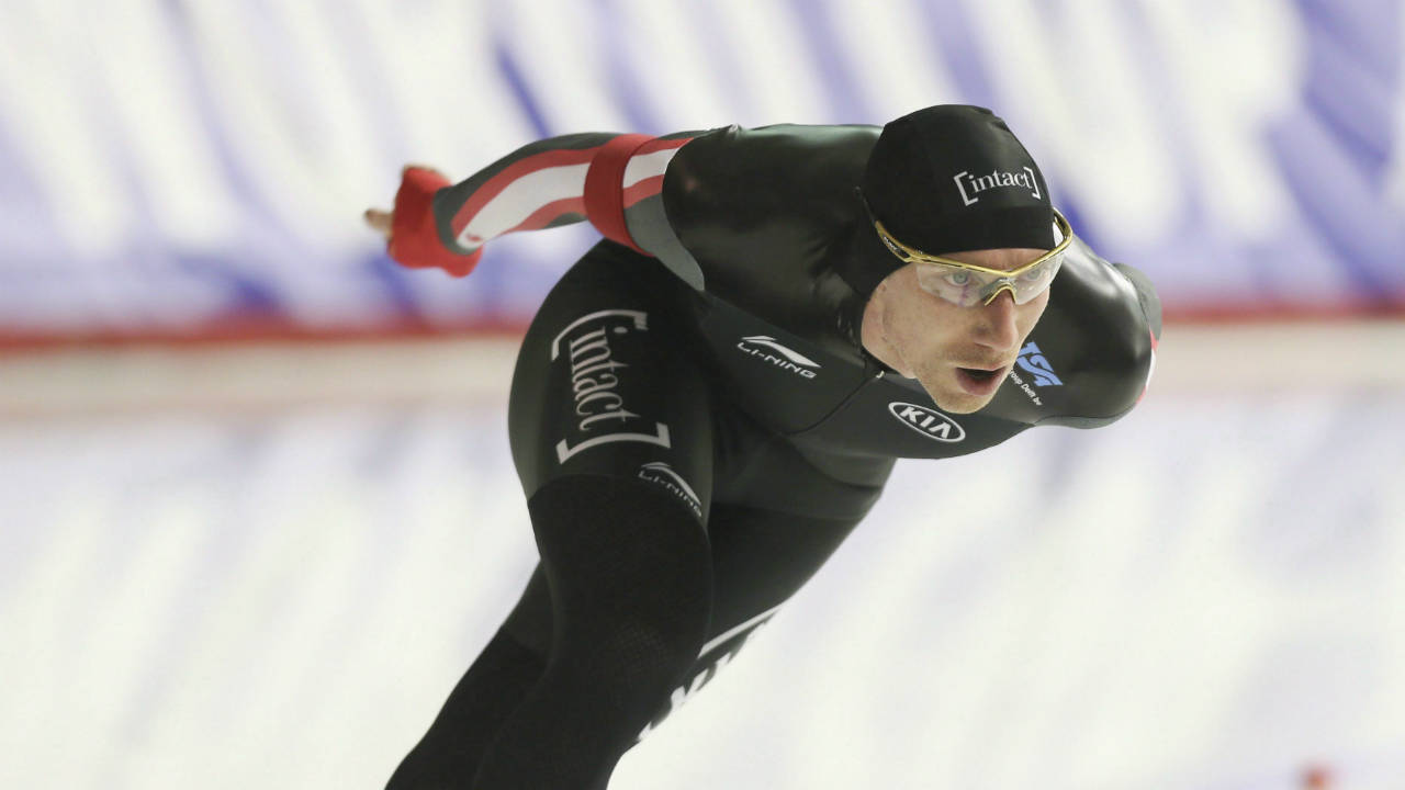 Ted-Jan-Bloemen,-of-Canada,-skates-to-second-place-in-the-men's-5000-metre-competition-at-the-ISU-World-Cup-Speedskating-in-Calgary-on-Friday,-Dec.-1,-2017.-(Mike-Ridewood/CP)