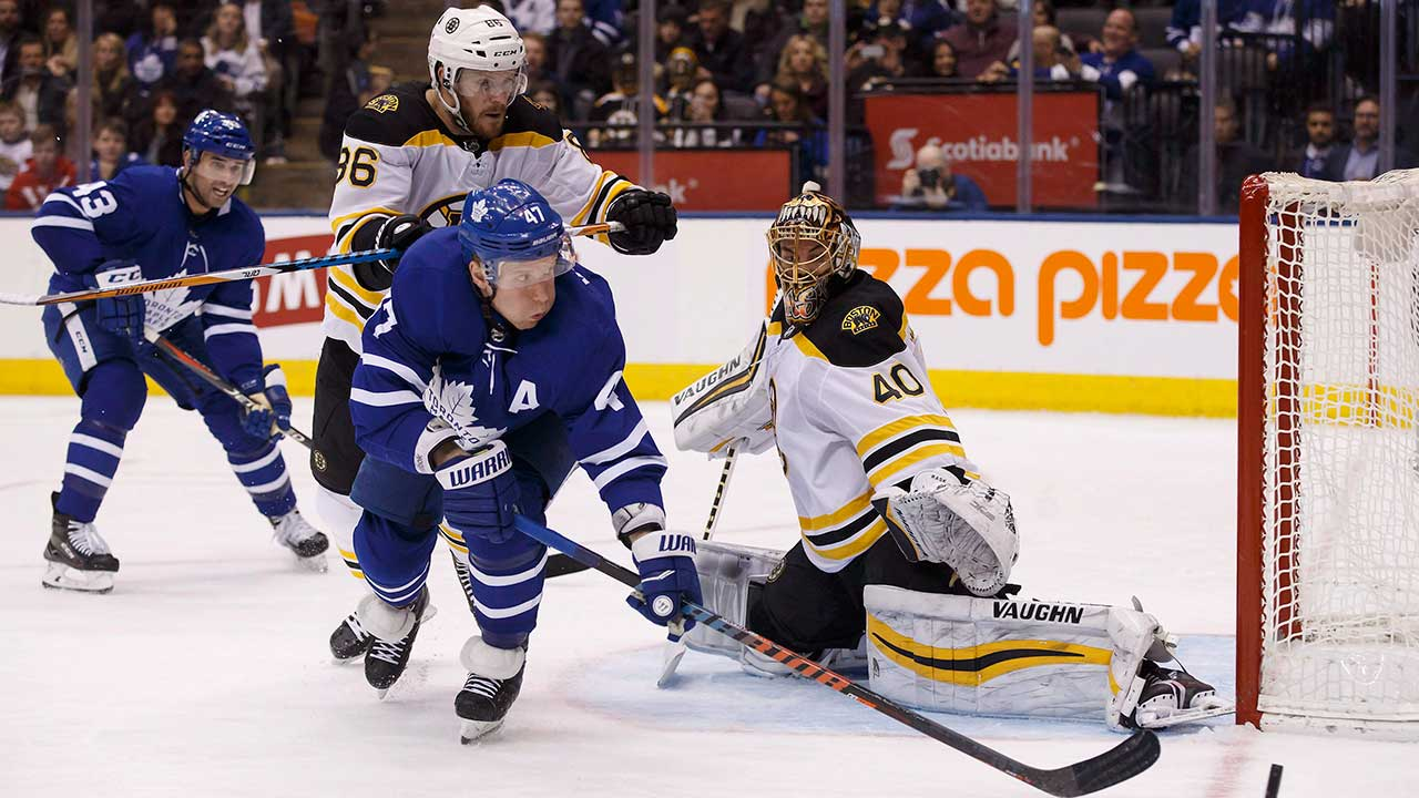 Toronto-Maple-Leafs-centre-Leo-Komarov-misses-a-shot