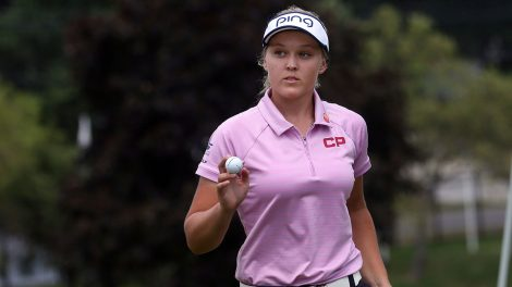 brooke_henderson_waves_after_sinking_her_putt