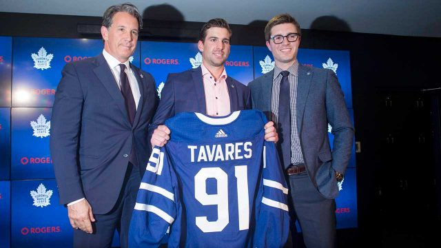 john-tavares-poses-with-kyle-dubas-and-brendan-shanahan
