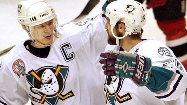 paul-kariya-celebrates-goal-with-steve-rucchin-mighty-ducks