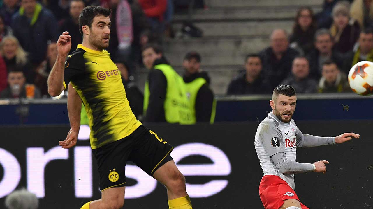 sokratis-papastathopoulos-challenges-for-ball-in-europa-league
