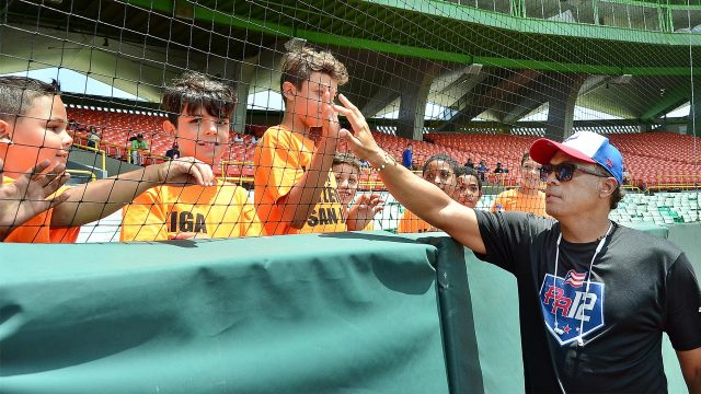 roberto-alomar-greets-fans-PR12-tournament-san-juan-puerto-rico