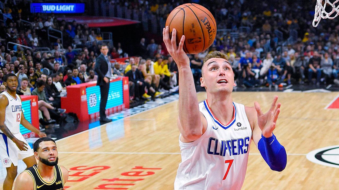NBA-Clippers-Sam-Dekker-drives-against-Lakers