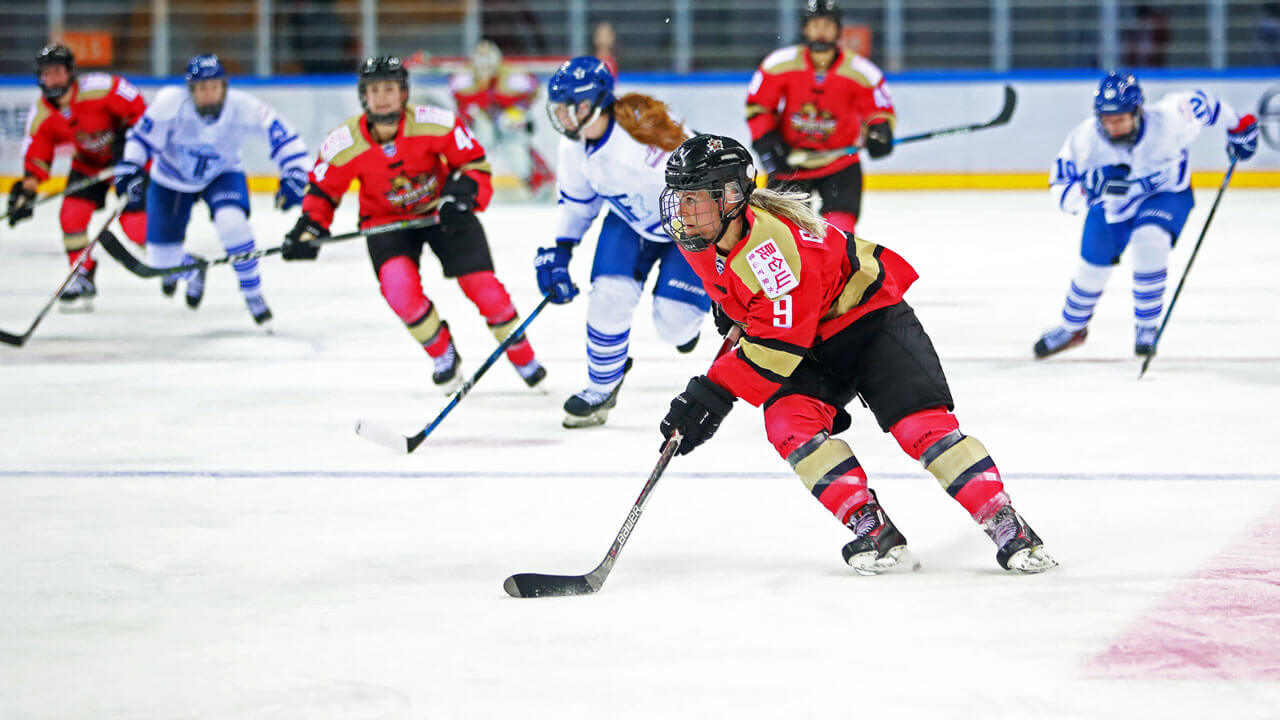 Annina-Rajahuhta-Kunlun-Red-Star-cuts-up-ice-against-Toronto-Furies