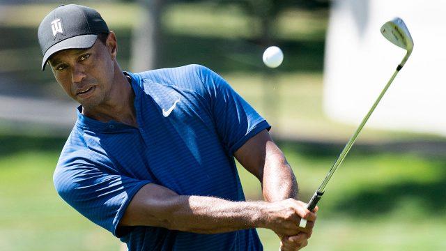 Golf-PGA-Tiger-Woods-chips-ball-at-BMW-Championship