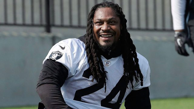 NFL-Raiders-Lynch-smiles-during-practice