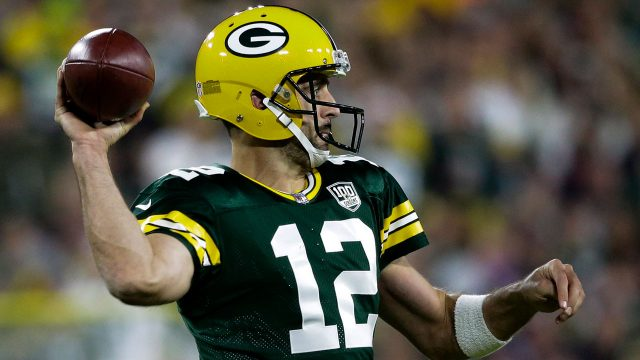 NHL-Packers-Rodgers-throwing-against-Bears