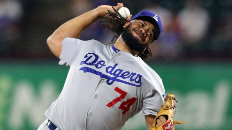 kenley_jansen_gets_set_to_throw_a_pitch