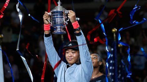 naomi-osaka-lifts-us-open-trophy