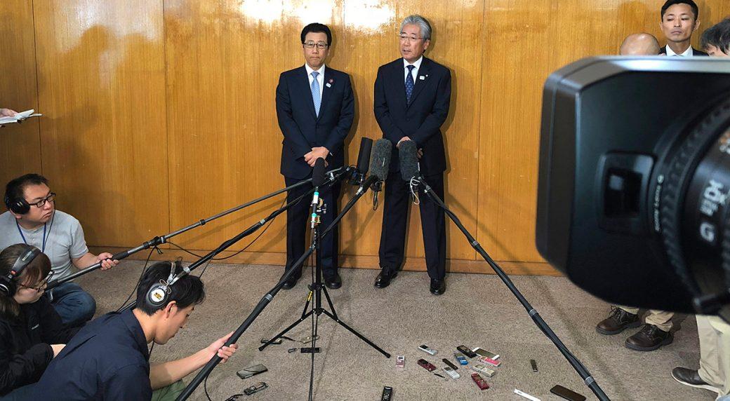 sapporo-mayor-katsuhiro-akimoto-with-japanese-ioc-member