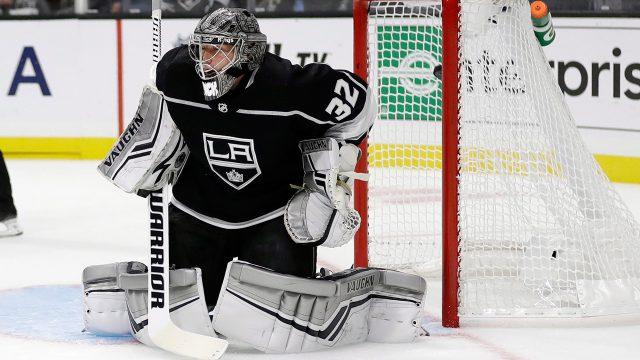 NHL-hockey-Kings-Quick-makes-save