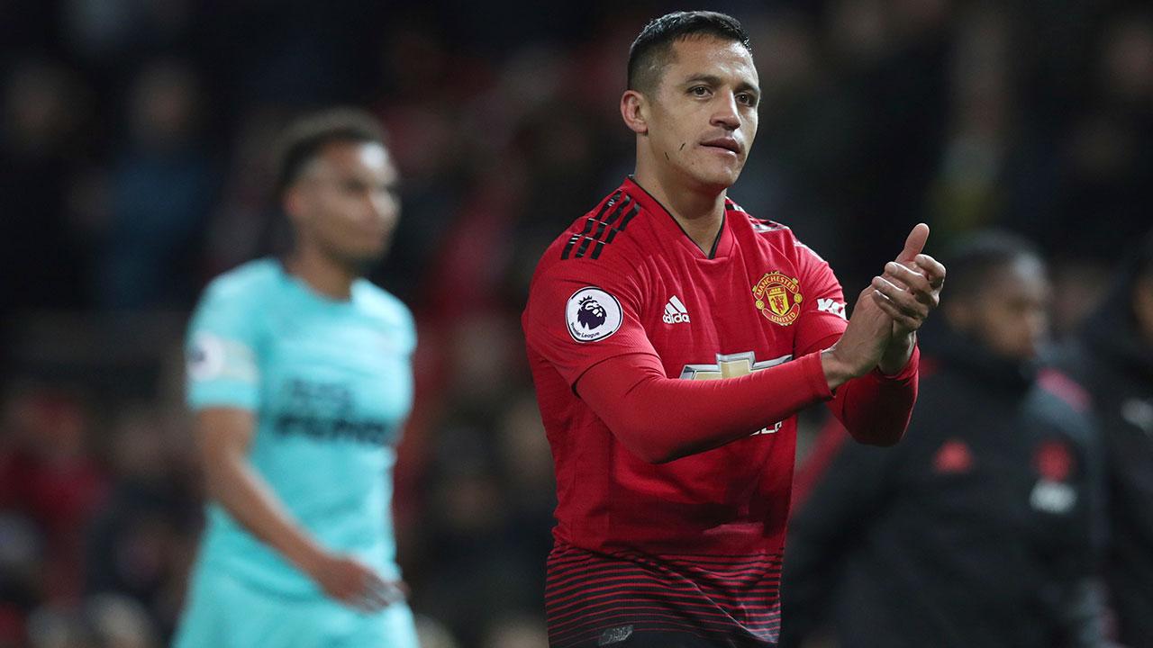 Soccer-Man-U-Sanchez-applauds-fans