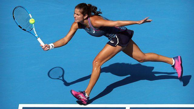 Tennis-Georges-hits-return-shot