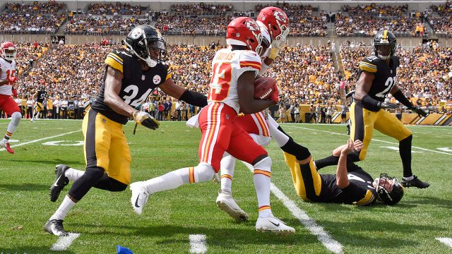 chiefs-deanthony-thomas-runs-past-steelers-defenders