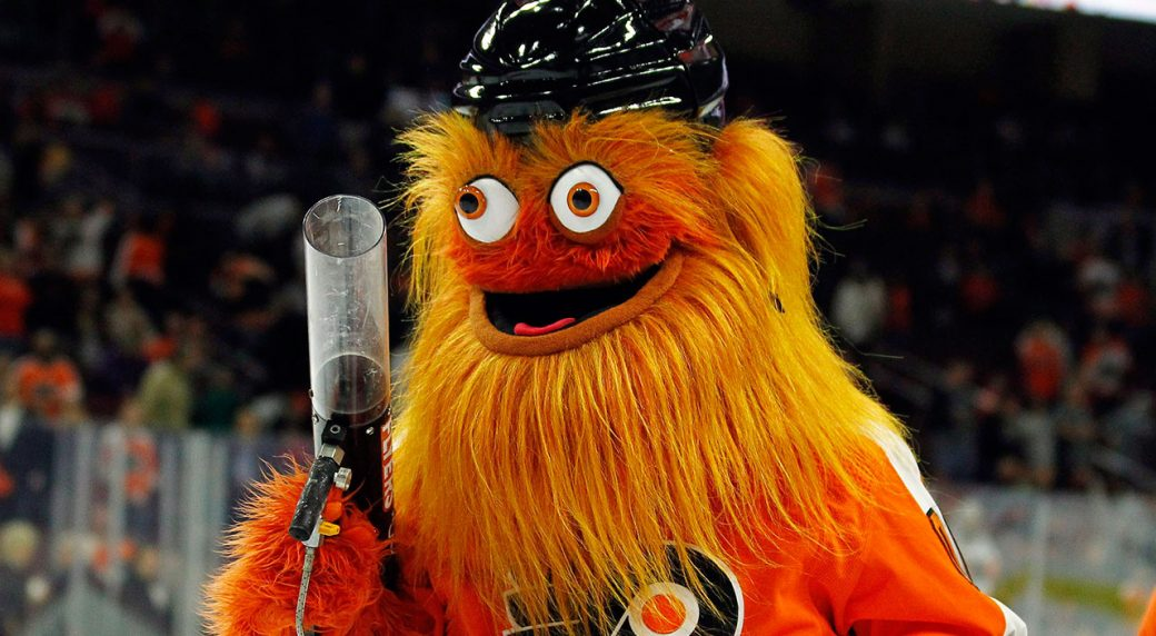 gritty-holds-tshirt-gun-at-flyers-game