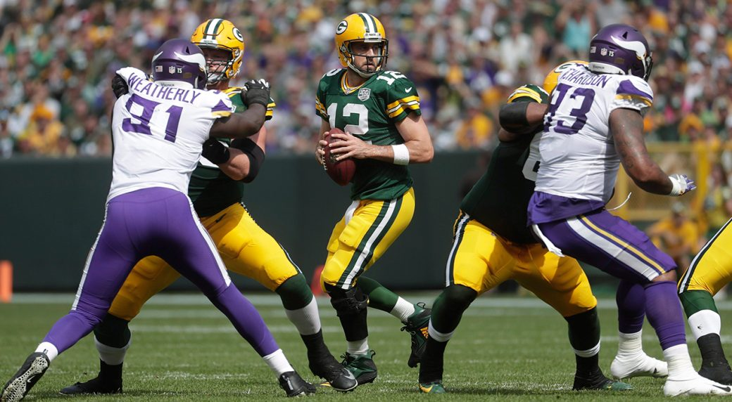 packers-aaron-rodgers-drops-back-for-pass-against-vikings