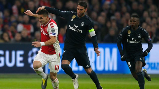 dusan-tadic-fights-for-ball-against-sergio-ramos