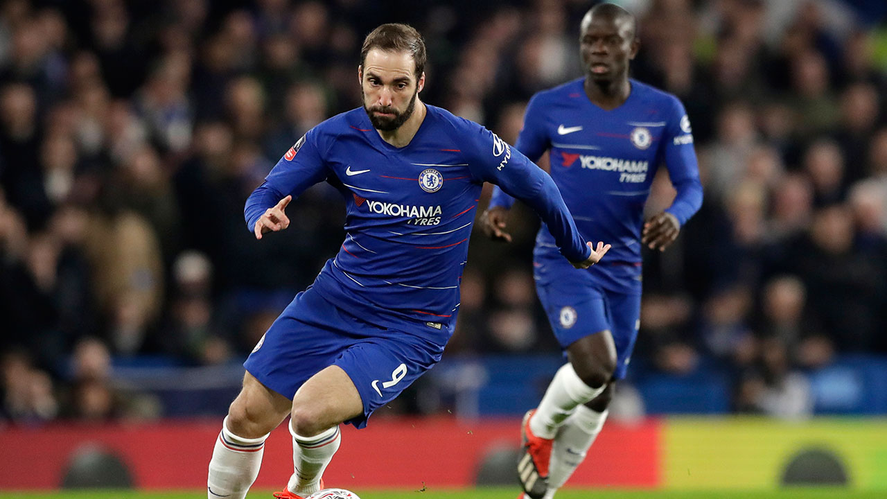 gonzalo-higuain-dribbles-with-the-ball