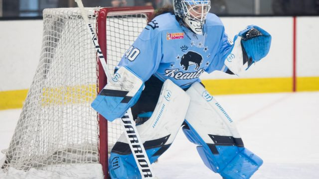 shannon-szabados-in-goal-for-buffalo-beauts