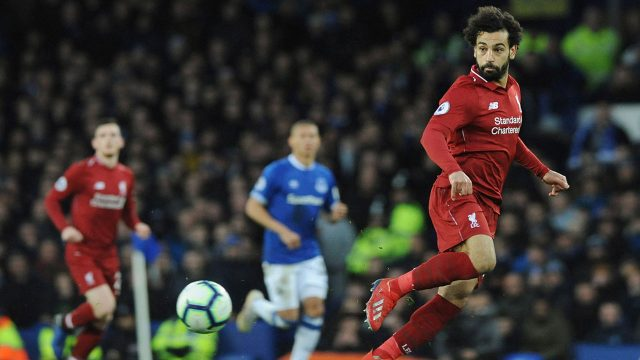 mohamed-salah-looks-to-receive-the-ball