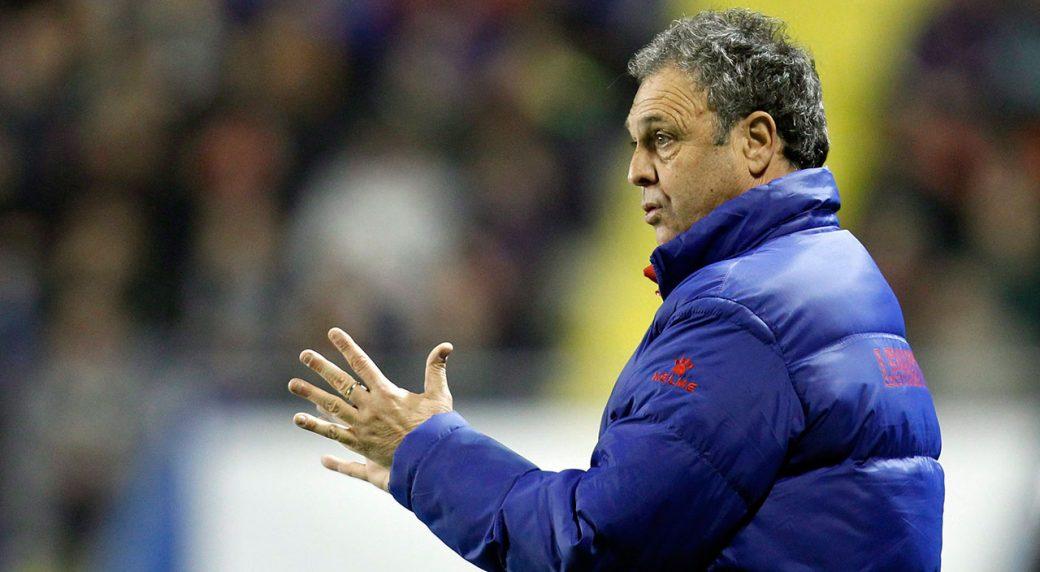 Soccer-coach-Caparros-signals-during-match