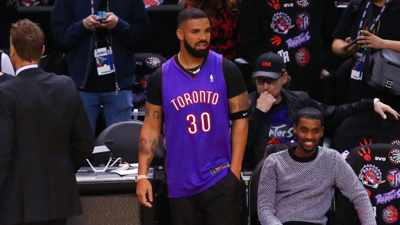 sale retailer 00db8 96c0e Drake wears throwback Raptors Dell Curry jersey to Game 1 of ...