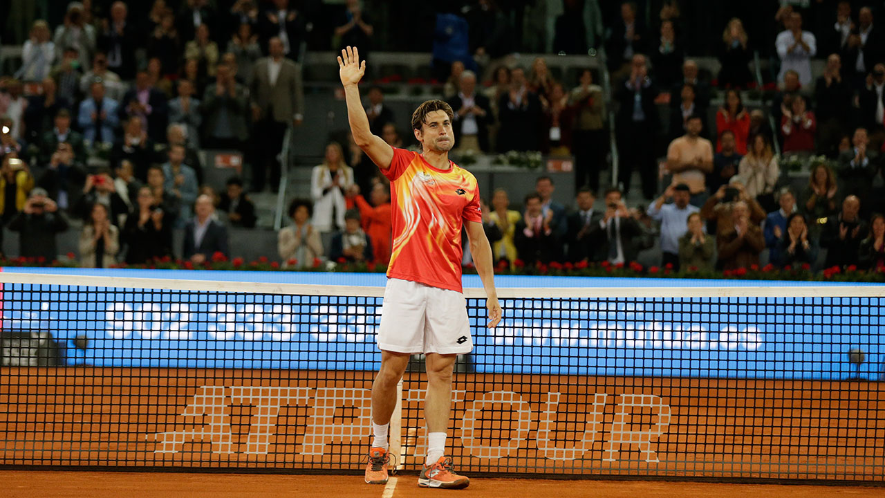 Tennis-Ferrer-salutes-fans-at-retirement