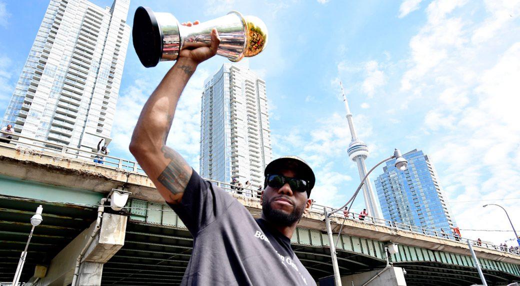 NBA-Raptors-Leonard-poses-at-parade