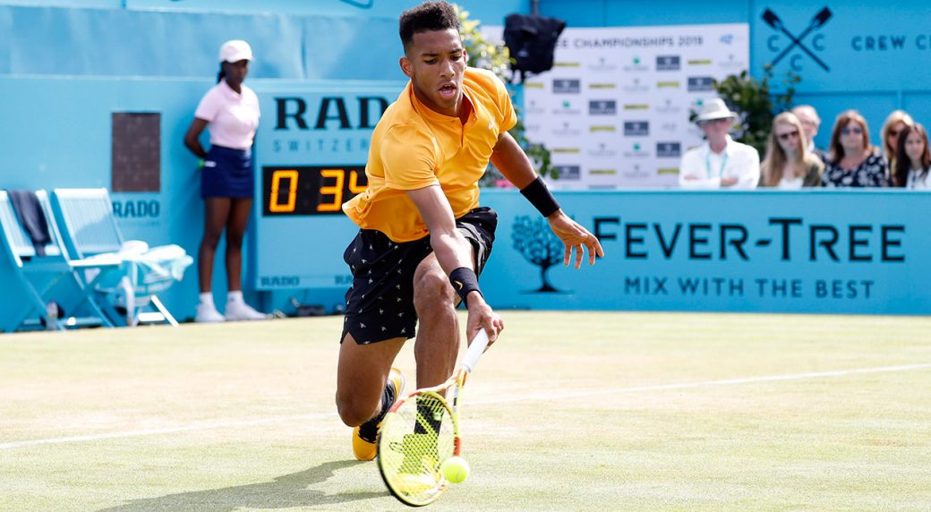 candas-felix-auger-aliassime-returns-ball-at-queens-club