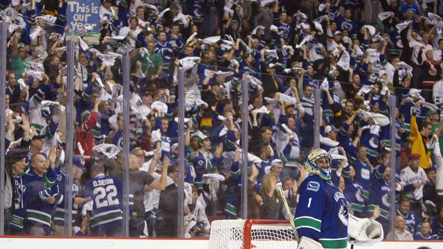canucks-fans-cheer-roberto-luongo