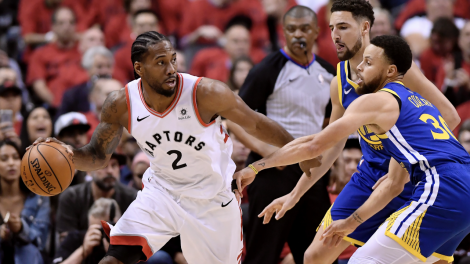 Toronto-Raptors-forward-Kawhi-Leonard-(2)-looks-for-a-way-out-under-pressure-from-Golden-State-Warriors-guard-Stephen-Curry-(30)-and-teammate-Klay-Thompson-(11)-during-first-half-Game-2-NBA-Finals-action,-in-Toronto-on-Sunday,-June-2,-2019.-(Frank-Gunn/CP)