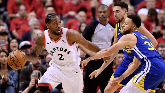 raptors-kawhi-leonard-guarded-by-warriors-steph-curry-and-klay-thompson