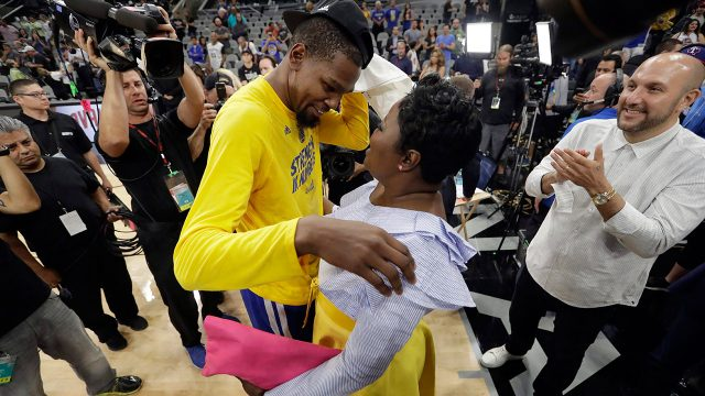 warriors-kevin-durant-hugs-mom-wanda-durant