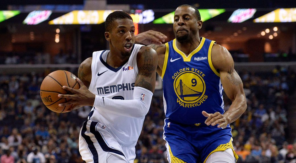 NBA-Wright-drives-against-Warriors
