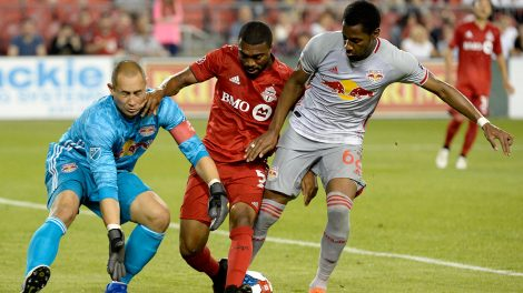 ashtone-morgan-challenges-red-bulls-players-for-ball