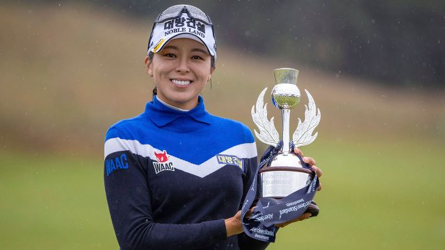 Golf-LPGA-Hur-poses-with-trophy