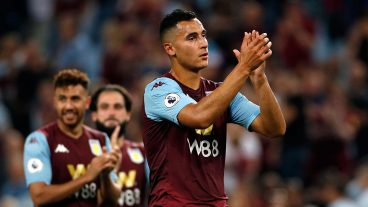 Soccer-Aston-Villa-celebrates-after-win