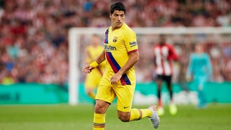 Soccer-Barcelona-Suarez-stands-during-game