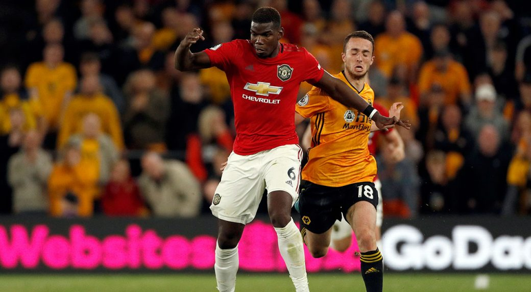 Soccer-Man-U-Pogba-carries-ball