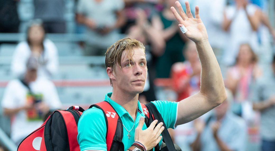 Tennis-ATP-Shapovalov-waves-to-crowd
