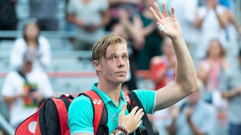 Tennis-ATP-Shapovalov-waves-to-crowd