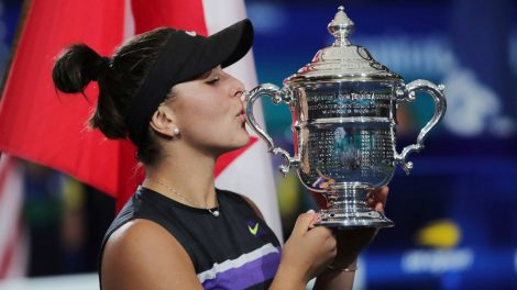 andreescu-us-open-trophy-kiss